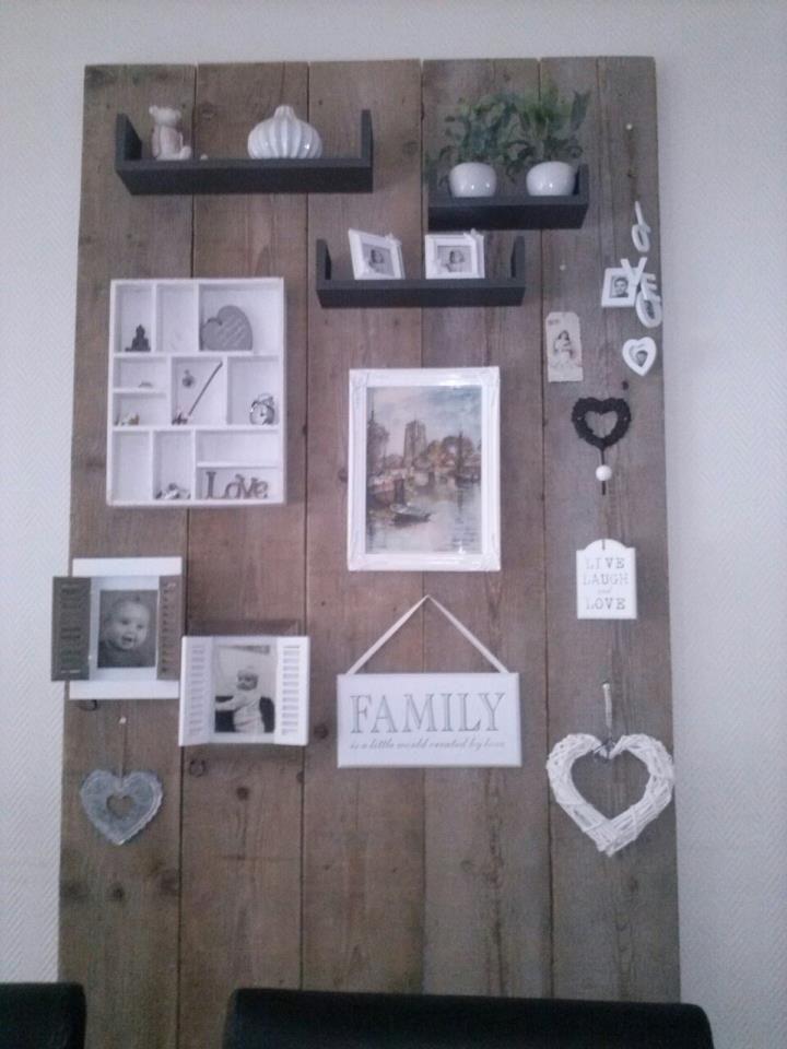 Wand van 5 oude steigerhoutplanken, daarop je eigen leuke hebbedingetjes plaatsen, makkelijk en goedkoop.