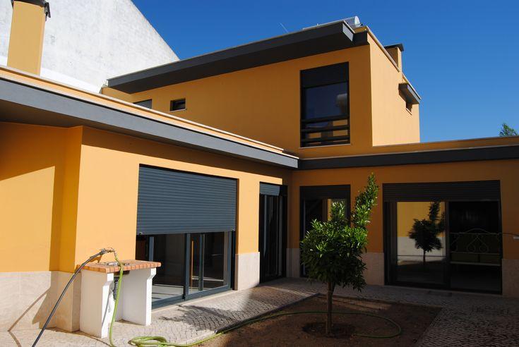 Inserida num condomínio de 3 moradias, zona soalheira. Moradia com excelentes acabamentos, nova e pronta a habitar.