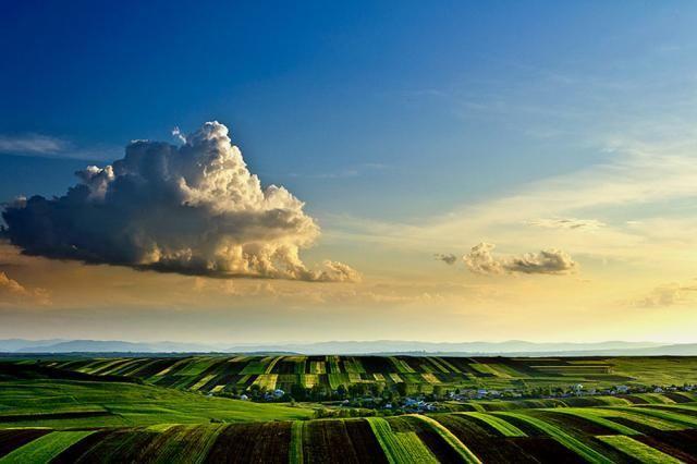 Suceava's Hill, near Moara, Romania, Fotografia lui Gabriel Marian - dealurile Sucevei, în zona Moara - apare în ediţia din martie-aprilie a National Geographic Traveler Magazine