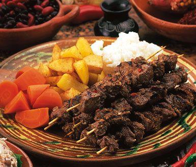 Peruanska grillspett, även kallade Anticuchos, är chilifrukt och spiskumminmarinerade bitar av biff eller nöthjärta. Servera grillspetten med ris, friterad potatis, kokta bönor och morötter.