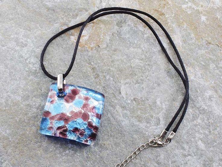 Collana pendente in vetro di Murano con piastra a rombo e bombata con sfumature azzurro mare. Il cordino è in alcantara di colore nero