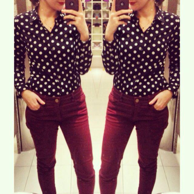 calça de sarja vinho/marsala com camisa social de poá.