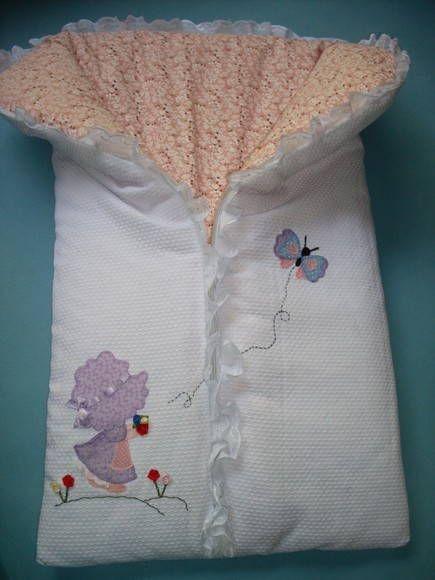 Saco de dormir-saída de maternidade. Feito em piquet e tricoline, com aplicação feita a mão e fechado com zíper. Pode ser feito em outras cores e com outras aplicações.