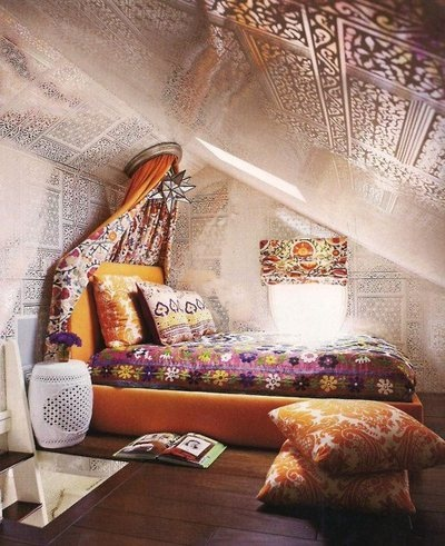 Stencil walls & ceiling? Wonder how that would really look irl? Like the low level bed. Very nice use of small attic space.
