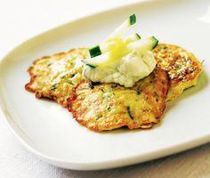 Lättlagade grekiska zucchiniplättar, förbluffande goda och enkla att variera. Servera som huvudrätt med tzatziki eller som tillbehör till grillad kyckling. Kan med fördel även serveras som förrätt.