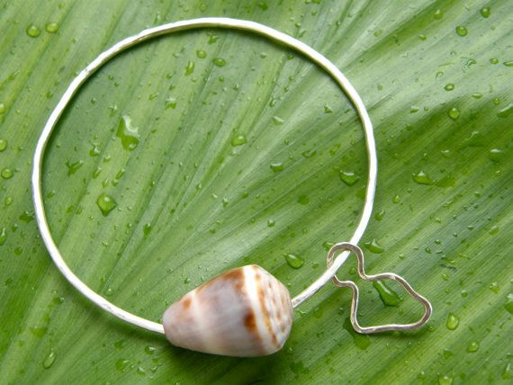 This listing is for one custom made adult cone shell bangle with an island outline charm in sterling silver or 14kt gold filled.    It comes with a single hawaiian cone shell paired with a cute, little island charm. The bangle is made with 14 gauge round wire; the charm with 18 gauge round wire. Both bangle and charm are hammered and polished for a stunning texture and shine. Looks great worn alone or paired with other shell bangles!    Each bangle is custom made to order, so contact me…