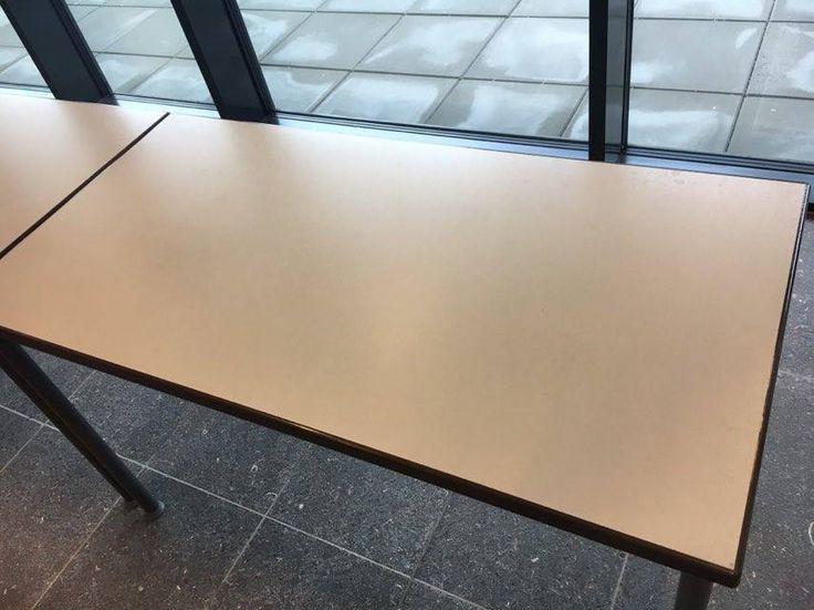 Vlak. De bovenkant van de tafel vormt een vlak.