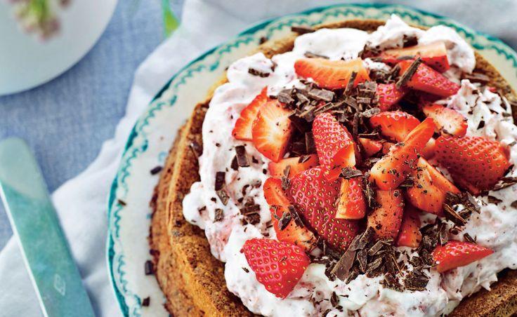 Chokolade, rabarber og jordbær – så bliver det ikke meget bedre. Kagen og rabarberne kan bages op til to dage før