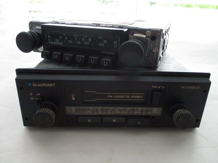 2x Blaupunkt oldtimer autoradio jaren 70  Blaupunkt Autoradio type Valognes 25 12 volt stereomet cassette speler- Afmetingen (b x h x d) 18 x 18 x 55 cm. - afmetingen frontje (bxh) 19 x 6 cm Blaupunkt Autoradio type ftz-nr u 108let op plastic frontje ontbreekt- Afmetingen (b x h x d) 18 x 14 x 45 cmDergelijke type Blaupunkt radios werden in de jaren 70 gebruikt in verschillende typen Europese auto's waaronder in Volkswagen Opel en Ford enz.beide radio's worden in gebruikte niet werkende…