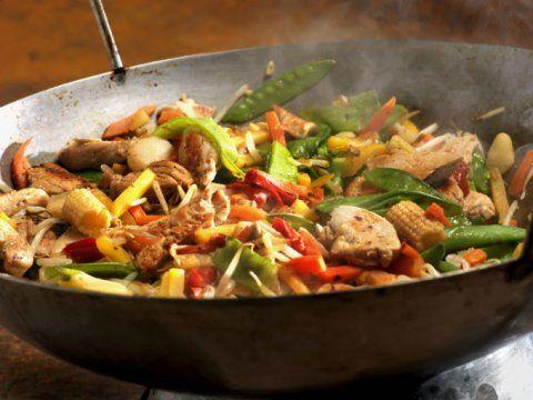 Preparación1. AGREGA un poco de aceite a una sarté o wok y saltea el pollo hasta medio cocer. Retira y reserva.2. AÑADE las verduras y saltea por separado.3. INCOPORA el pollo y las verduras a la sartén. Cuece a fuego medio hasta que el pollo esté cocido.4. SAZONA con sal, pimienta y un chorrito de salsa de soya.RecomendaciónSirvecon arroz blanco al vapor y salsa de soya.