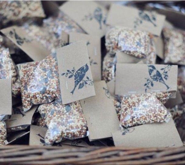 Bird seed favors with stamp. Intimateweddings.com                                                                                                                                                                                 Más