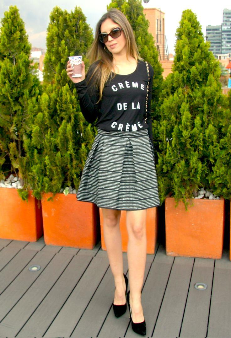 Blusa CREME DE LA CREME negra. Blouse, top, tshirt, black, white text, skirt, black shoes, outfit, cool, fancy.  @R T     39.000