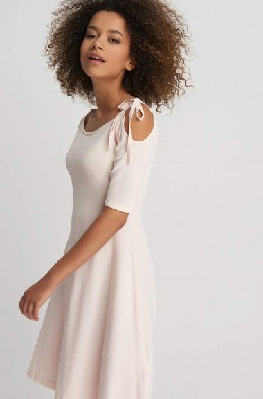 Dzianinowa sukienka z odkrytymi ramionami