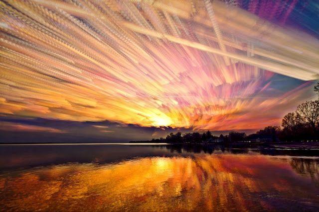 Los colores del cielo como nunca los verás El fotógrafo canadiense Matt Molloy utiliza una técnica única para realizar sus fotografías del cielo. Lo fotografía a intervalos regulares y luego selecciona entre 100 y 500 fotografías que fusiona en una única instantánea. El resultado son estos sensacionales cielos multicolores de formas difusas. Imágenes cuyo color sólo podemos apreciar simultáneamente en estas bellas composiciones.