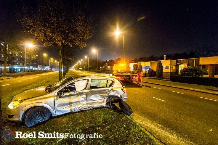 18-01-2017 - Eindhoven - Europalaan - 2 gewonden bij ongeval EINDHOVEN - Bij een ongeluk op de kruising Europalaan/Admundsenlaan in Eindhoven is een auto woensdagavond in de tuin van een huis terechtgekomen. Twee auto's botsten op de kruising tegen elkaar, waarna een van de voertuigen in de tuin tot stilstand kwam.  Twee personen raakten gewond en zijn naar het ziekenhuis gebracht. http://roelsmitsfotografie.nl/2017/01/19/collection18-01-2017-eindhoven-europalaan-2-gewonden-b