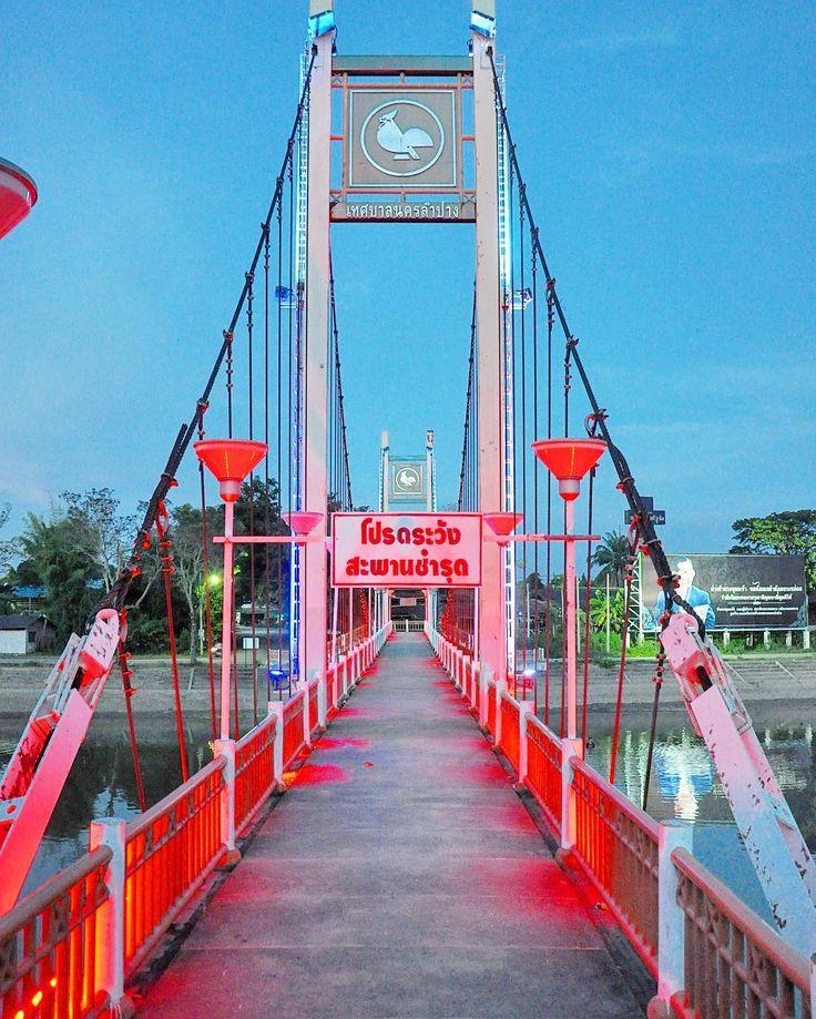 E #Lampang alla sera si accende di colori #rainbowRTW il ponte sul fiume Wang si illumina e regala riflessi sensazionali sulle acque. Questa città già mi piace sopratutto perché all'Hangout Cafè puoi trovare amici expat che lavorano qui da tutto il mondo! #tatroma #amazingthailand #Thailandia