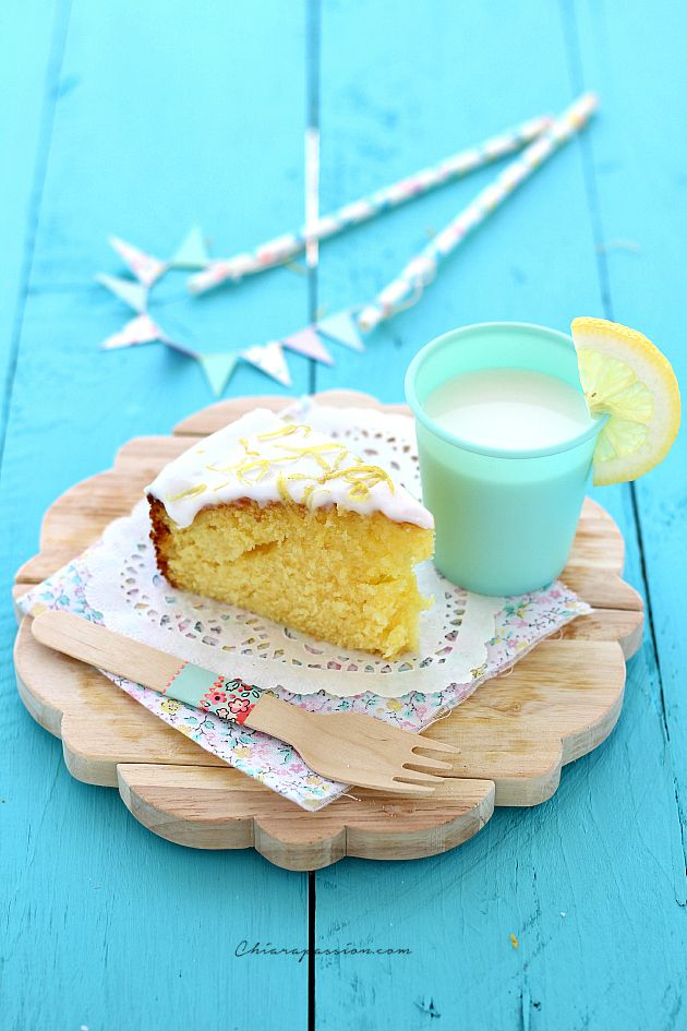 Oggi vi regalo la ricetta di una delle mie torte al limone più buona, quella che faccio e rifaccio perché piace sempre a tutti, insomma un mio cavallo di battaglia: Torta al limoneglassata. E' un dolce dal sapore intenso di limone, che si scioglie in bocca lasciando l'aroma fresco e profumato di q