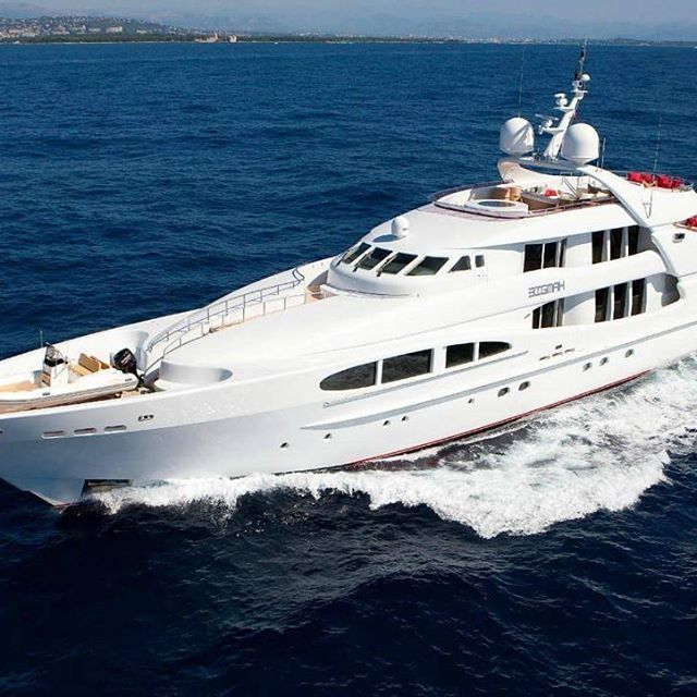 @luxury_yachtguide  Bik Mak  This 156 ft beauty designet by navel architect Fran…