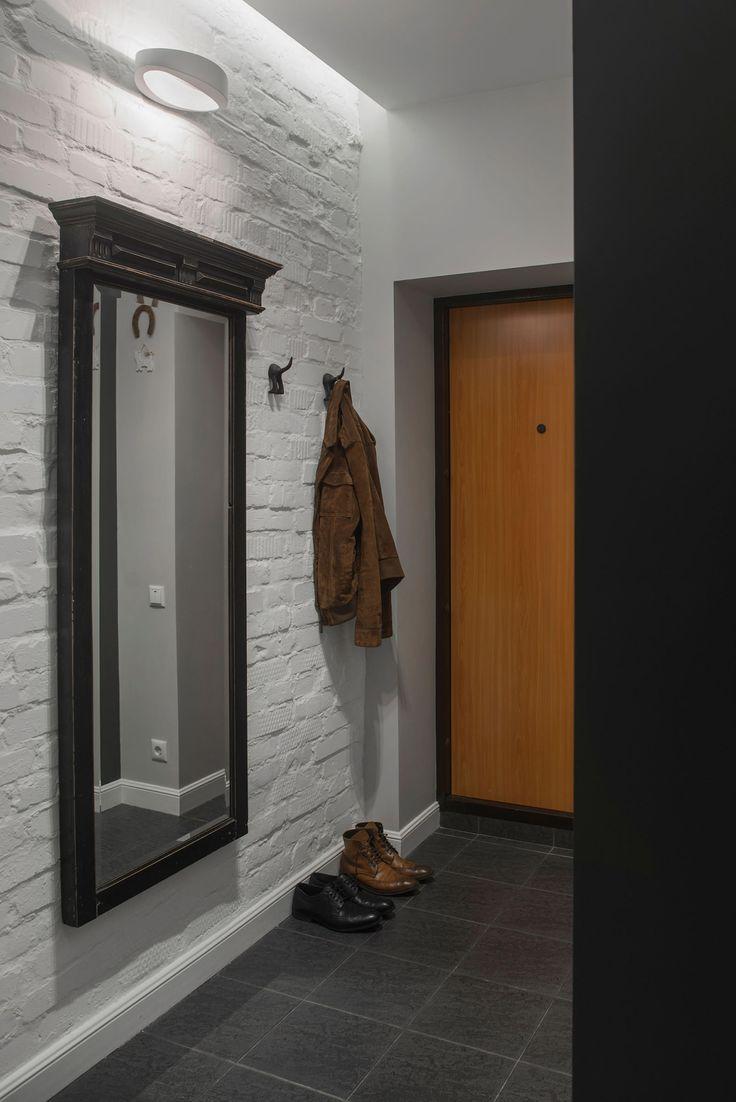 Прихожая с антикварным зеркалом в раме в дизайне студии в хрущевке