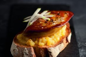 Flétan braisé, foie gras grillé choux de Bruxelles, vinaigrette à la truffe noire