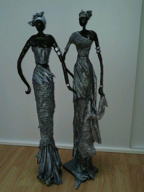 Beelden Afrikaanse vrouwen. 75cm.  Van klei en paverpol
