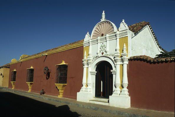 Venezuela 01 Coro y su puerto  Con sus construcciones en tierra únicas en toda la región del Caribe, la ciudad de Coro es el único ejemplo subsistente de una fusión lograda de las técnicas y estilos arquitectónicos autóctonos, mudéjares españoles y holandeses. Fundada en 1577, fue una de las primeras ciudades coloniales de América y posee unos 600 edificios históricos.
