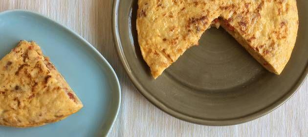 Una receta de aprovechamiento exprés para conseguir una comida sabrosa y completa a base de sobras. Nunca más volverás a mirar los chuscos de pan duro de la misma manera.