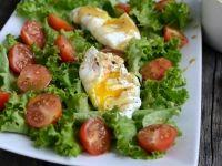 Jajko w koszulce na sałacie z sosem miodowo-musztardowym