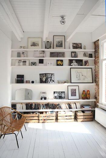 壁一面を棚にして絵や写真、ところどころ小物を飾っても。