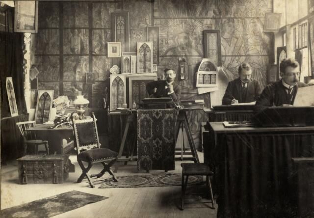 Interieur van het atelier van de glazenier Otto M.M. Mengelberg (Maliebaan 80) te Utrecht: de kunstenaar en twee medewerkers achter tekentafels. 1907-1912