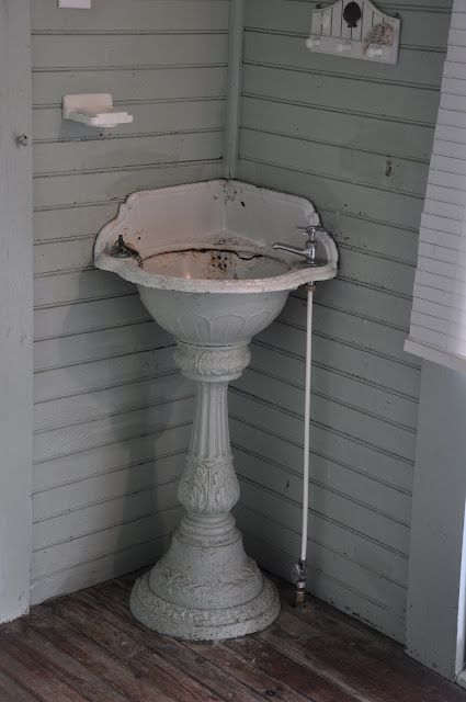 good old sink - this would be so cool outside in the garden by a potting table