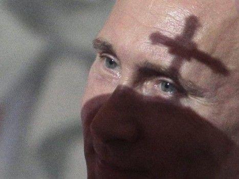 Sous le signe de la Croix? Vladimir Poutine, le chef du Kremlin, lors d'un office religieux organisé à l'occasion de la Pâque orthodoxe.