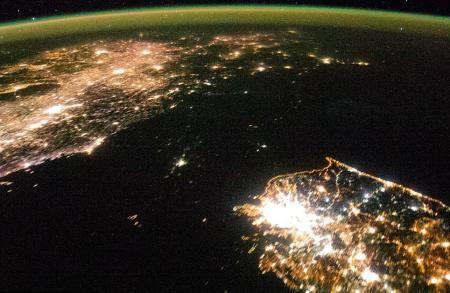 Már Észak-Korea is több családi házas napelem rendszerrel rendelkezik, mint Magyarország. Az ok a rendszeres áramszünet, a cél az éjszakai energiaellátás.