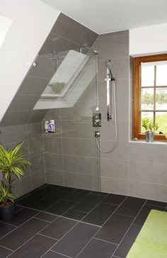 Complete bathroom with sloping roof: in fashionable gray – Badezimmer