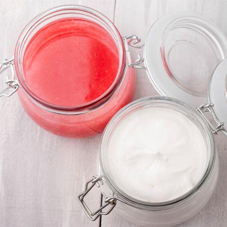 Für 150 ml Mandel-Tagescreme Bienenwachs, Kakaobutter, Distelöl und Mandelöl im Wasserbad schmelzen. Warmes destilliertes Wasser hineinrühren. Abkühlen lassen, in ein Schraubglas füllen.