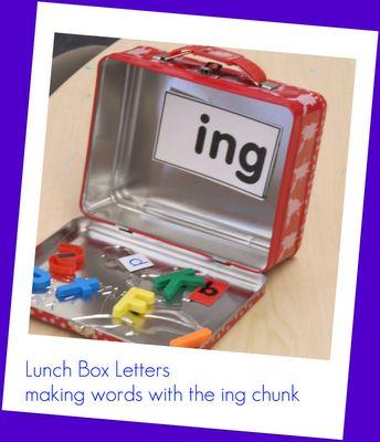 Små billeder i tændstikæsker og bogstaver til at stave til ordet
