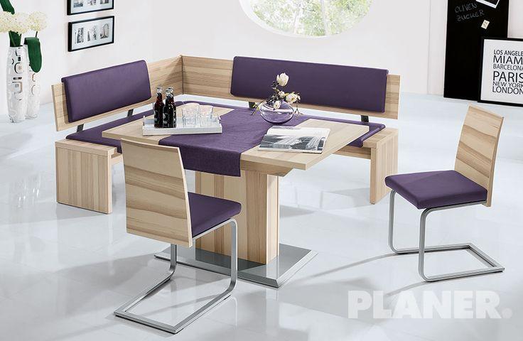 Gruppo in in frassino impiallacciato, con seduta imbottita, composto da: panca ad angolo, tavolo con piede a colonna e 2 sedie.