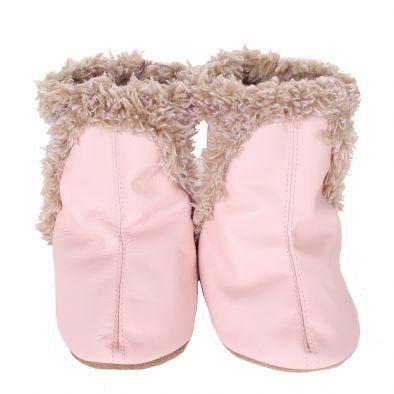 Robeez Μποτίνια Ροζ: Δερμάτινα μαλακά μποτίνια σε ροζ χρώμα, ιδανικά για να κρατάνε ζεστά τα παιδικά ποδαράκια κάθε μέρα και νύχτα του χειμώνα αφού διαθέτουν τεχνητή γουνίτσα.