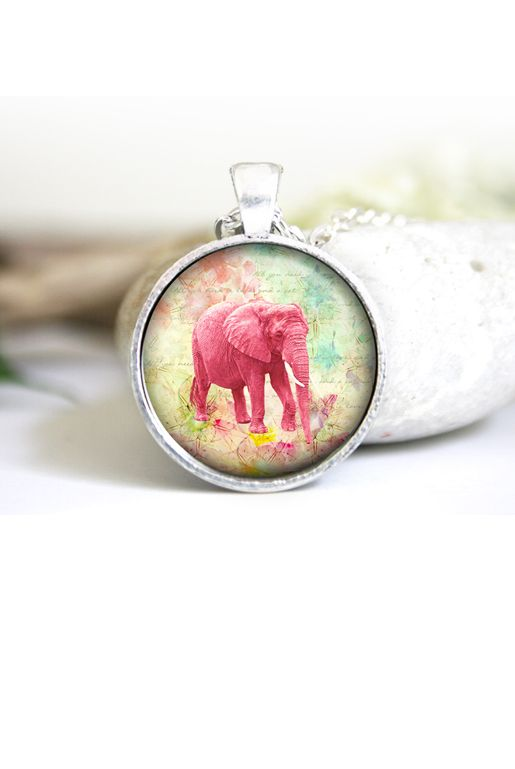 Halsband med en rosa elefant | Foxboheme - Ett bildhalsband med en rosa elefant. Ramen finns i ljus silver, antiksilver och brons och bilden är täckt med en glaskupol.