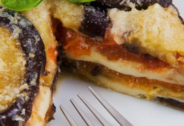 <b>Parmigiana di melanzane.</b> Ingredienti: 600 g melanzane, aglio 1 spicchio, 400 g mozzarella, 300 g passata di pomodoro, mezza cipolla, basilico fresco, olio di oliva extravergine, 300 g Parmigiano Reggiano grattugiato <br/>Tagliare le melanzane a  fette di circa 3 mm, metterle con sale grosso a perdere l'acqua amara, dopo lavarle e asciugarle bene. Affettare la mozzarella e farle perdere il liquido lasciandola riposare su un piatto inclinato.<br/&g...