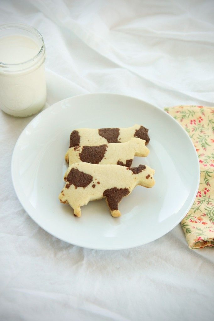 Cute idea on How to make Cow Cookies - Recipe and Tutorial http://www.annclarkcookiecutters.com/product/cow-cookie-cutter