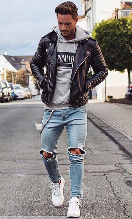 Jaqueta couro estilo motociclista com moletom estampado e jeans rasgado.