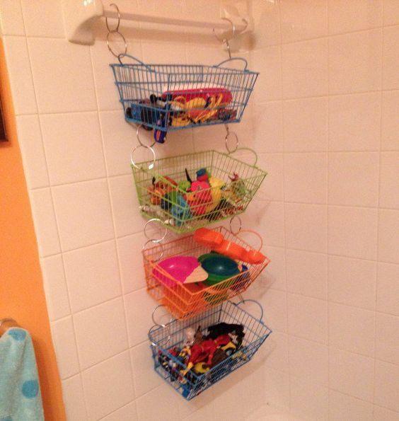 Coloca una barra en el interior de la bañera y gana espacio para colgar cestas. Más trucos en www.ordenarte.es  #organización #baños #trucos #ordenencasa #botes #bañera #almacenaje #organizaciónpersonal #ordenarte