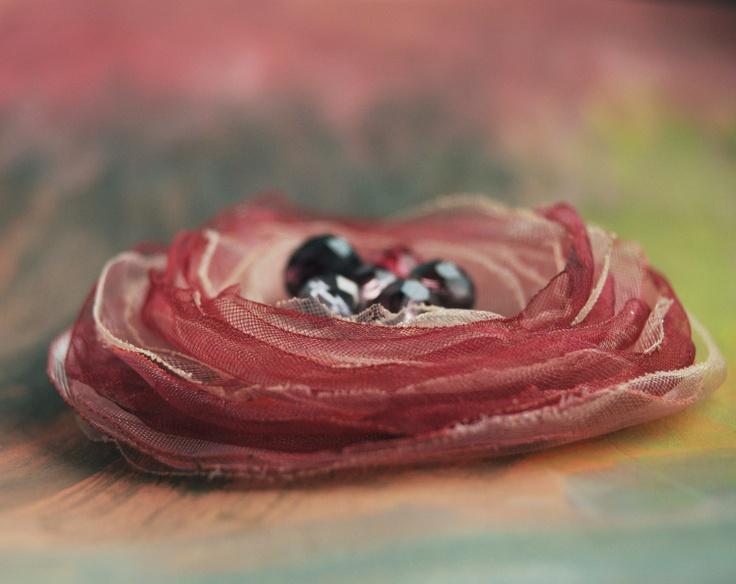 ...borůvkovej koláč Květinová aplikace na brožovém můstku zdobená skleněnými broušenými ohňovkami, průměr 6 cm