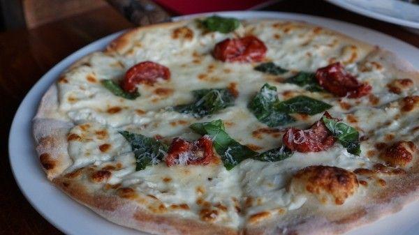 Conheça a pizza de frigideira sem glúten e sem lactose, a maneira mais fácil e gostosa de comer uma pizza fit em casa, massa fina e crocante.