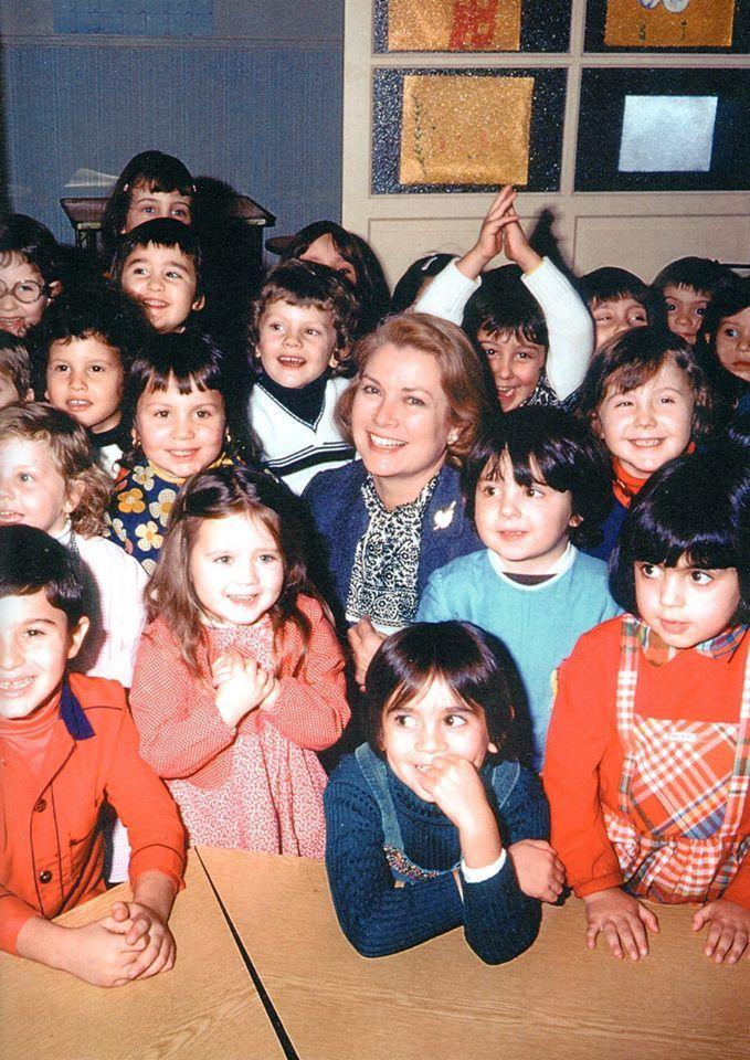 Principessa Grace di visitare i bambini a scuola:A Crèche-Garderie Notre Dame de Fatima, Monaco, 24 settembre 1977. (Fondato la sua iniziativa per prendersi cura dei bambini da 3 a 6 i cui genitori lavoravano tutto il giorno.)
