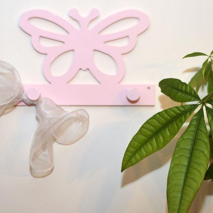 Ξύλινη χειροποίητη κρεμάστρα, σχέδιο πεταλούδα σε ροζ χρώμα. Ένα μοναδικό δώρο για παιδιά.
