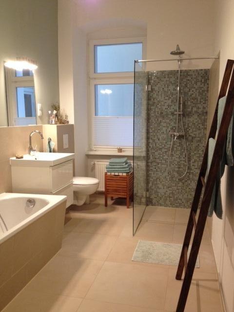 Gemtliches groes Badezimmer mit begehbarer Dusche in