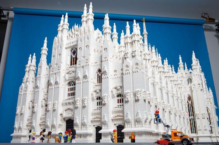 Ci sono le guglie e i rosoni, le statue e le colonne, ci sono anche i turisti e i passanti nella versione Lego del Duomo di Milano. L'ha realizzata l'artista inglese Duncan Titmarsch utilizzando centomila mattoncini e impiegando alcuni mesi di lavoro e un team di cinque persone. La scultura pesa pi&
