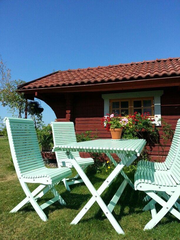 Dessa underbara trädgårdsmöbler kan du både sitta i och även beställa från oss. Handgjorda i gotländsk kärnfura och kommer från Gåsens ladas utemöbler på Gotland. Finns i massor av härliga färger.